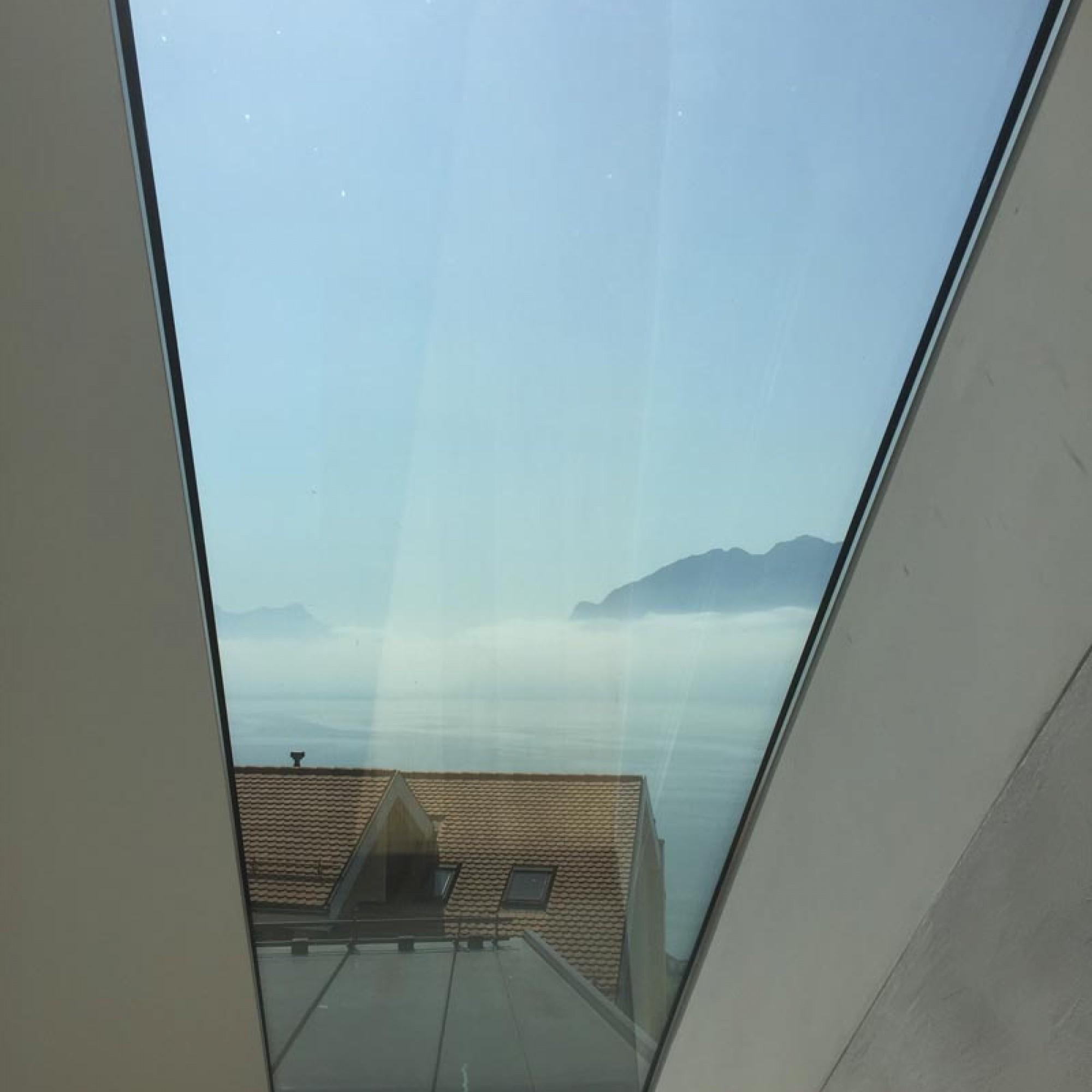 Une grande baie vitrée remplace aujourd'hui l'ancienne petite lucarne de toiture