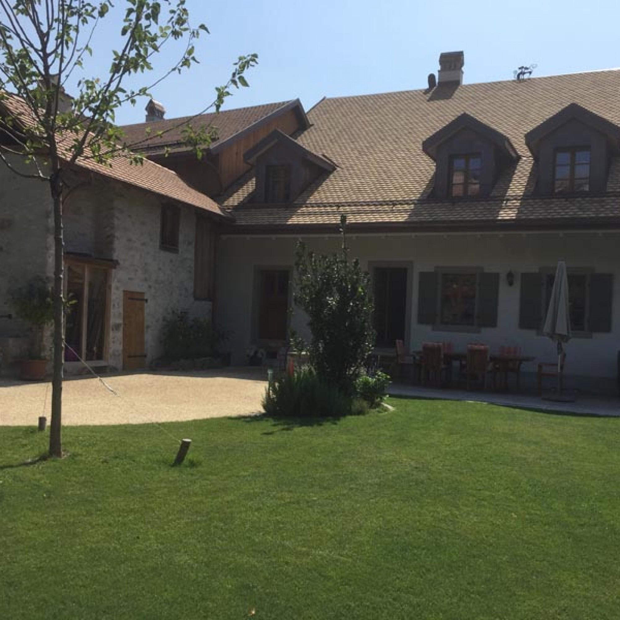 La maison, côté cour, se prolonge d'un jardin potager et d'un petit verger. Une annexe abrite le four à pain d'époque, toujours en fonction.