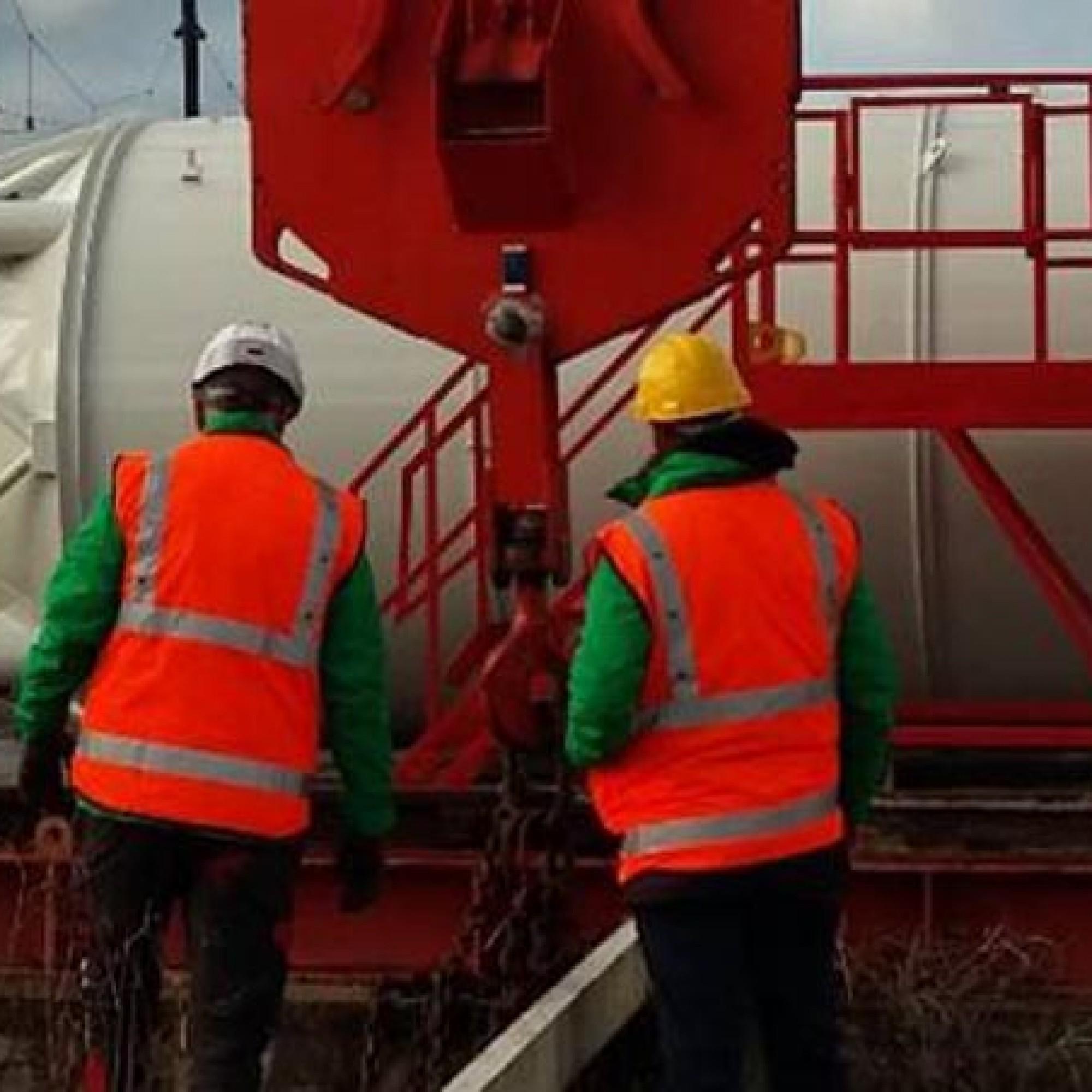 Le gilet connecté sonne et clignote en cas de danger sur le chantier. ©CAD.42
