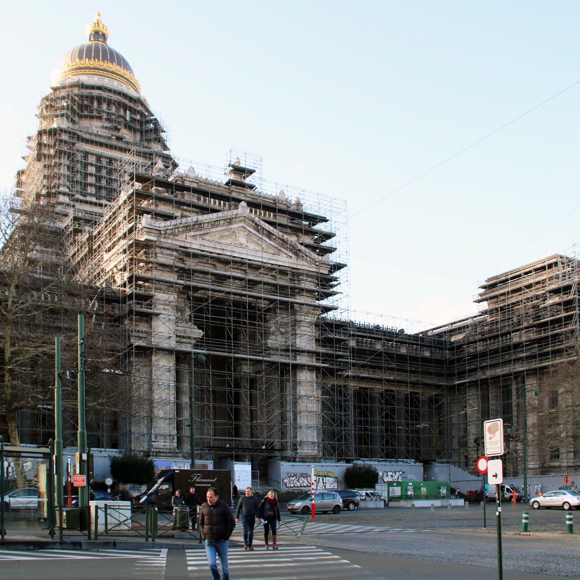 Le Palais de Justice de Bruxelles, bardé d'échafaudages.