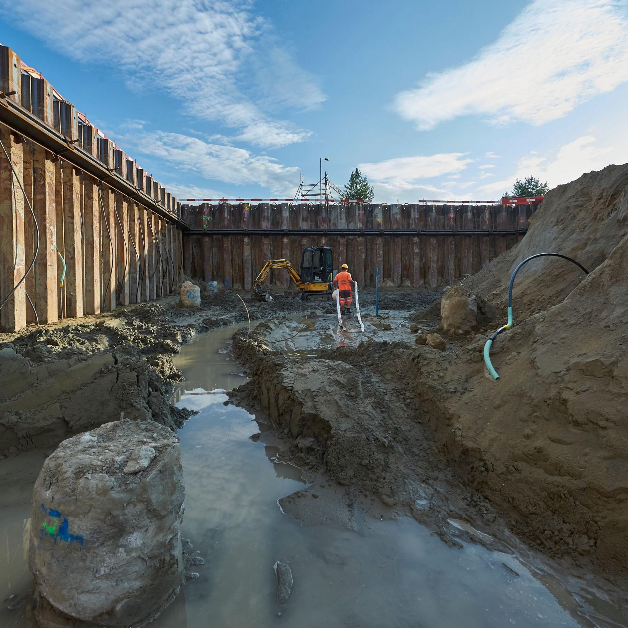 Les fouilles ont nécessité une enceinte de palplanches complète avec pompage continu, car la nappe n'est qu'à un mètre de profondeur. L'édifice est fondé sur 109 pieux ferraillés de 30 mètres.