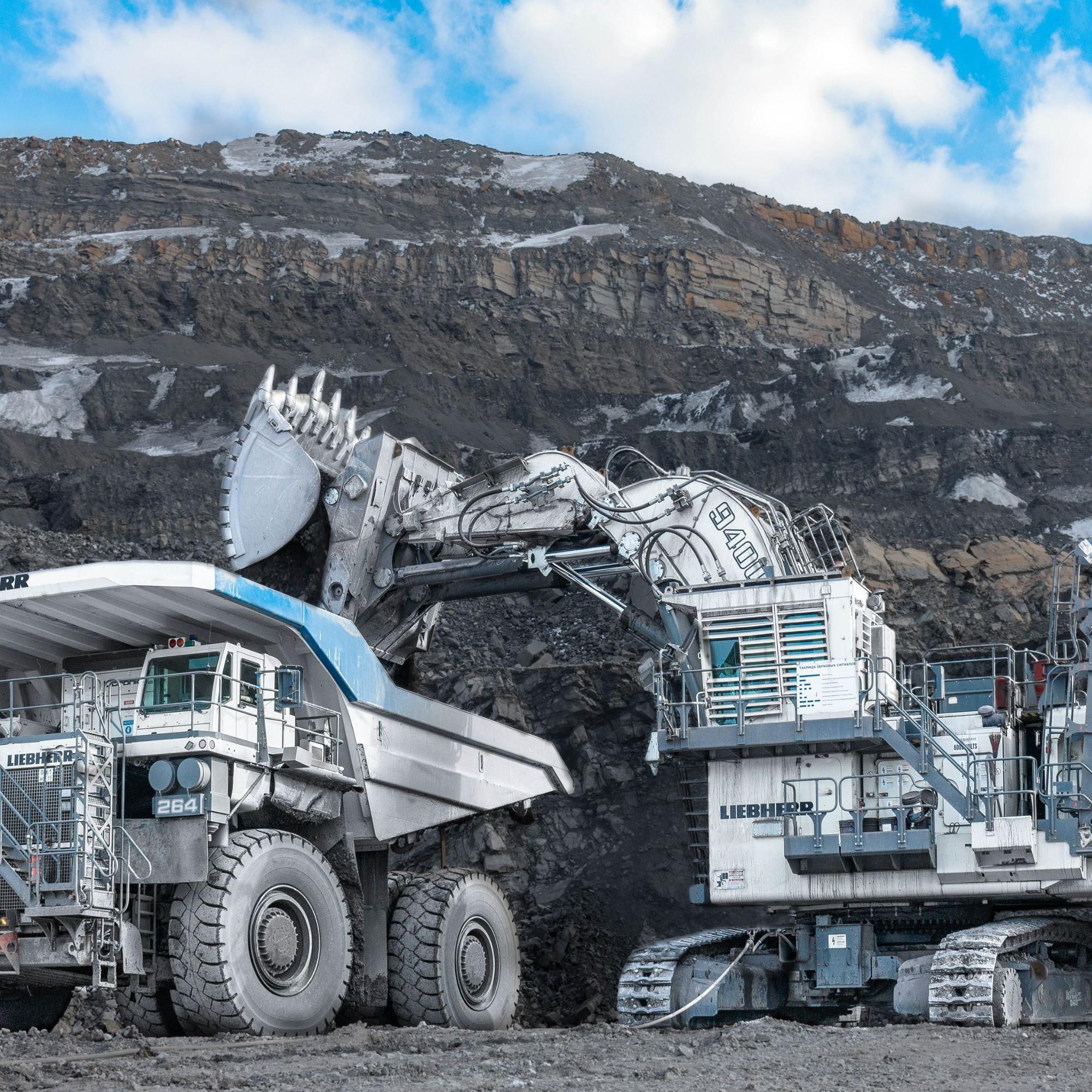 Une pelle minière R 9400 Liebherr charge un camion minier T 264 Liebherr en Russie.