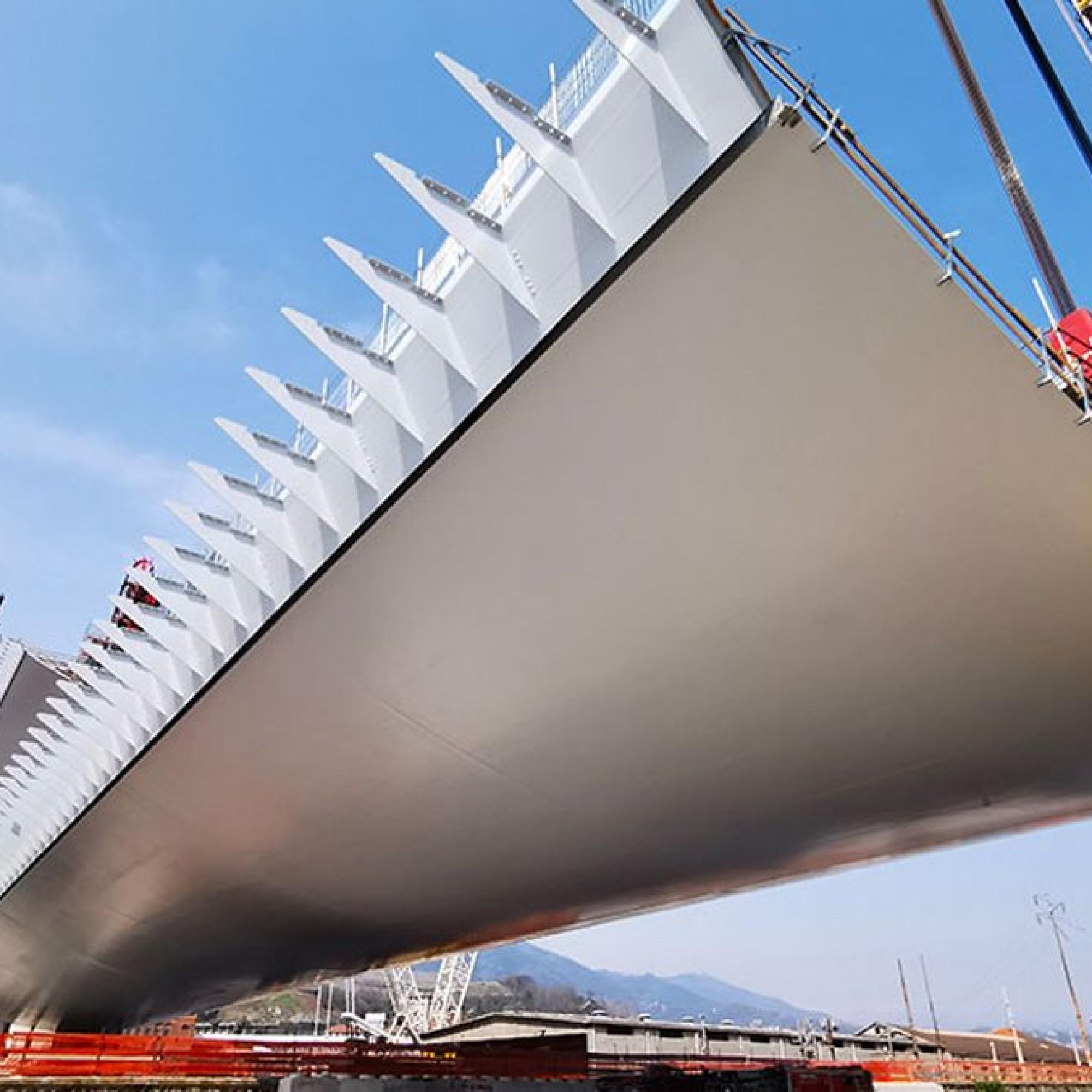 En une année à peine, le nouveau pont Saint-Georges est sorti de terre. 19 piles qui montent jusqu'à 90 m de hauteur, un tablier en acier qui ressemble à la carène d'un navire.