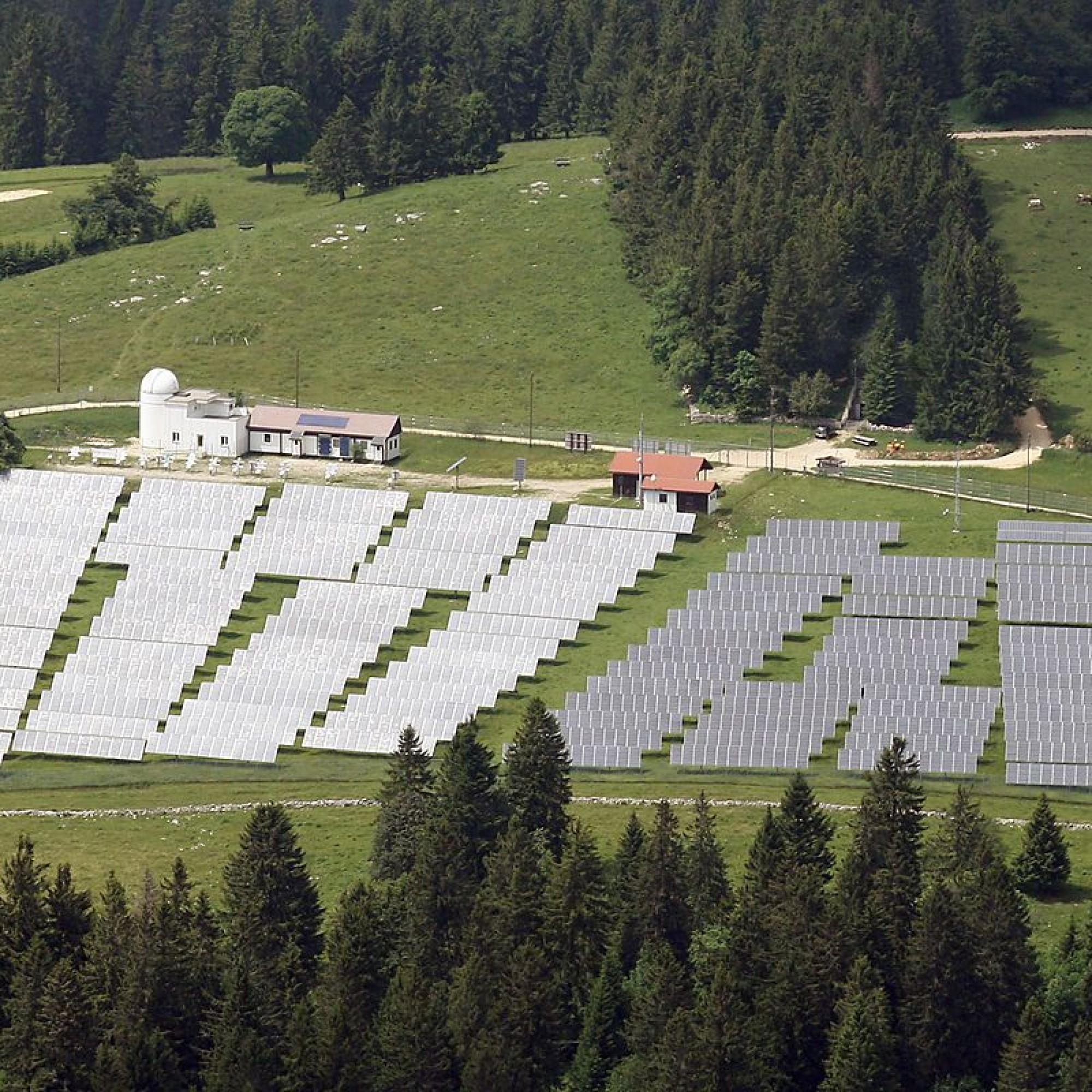 centrale solaire au sol de Mont-Soleil, dans le Jura bernois, reste la plus vaste de Suisse romande.
