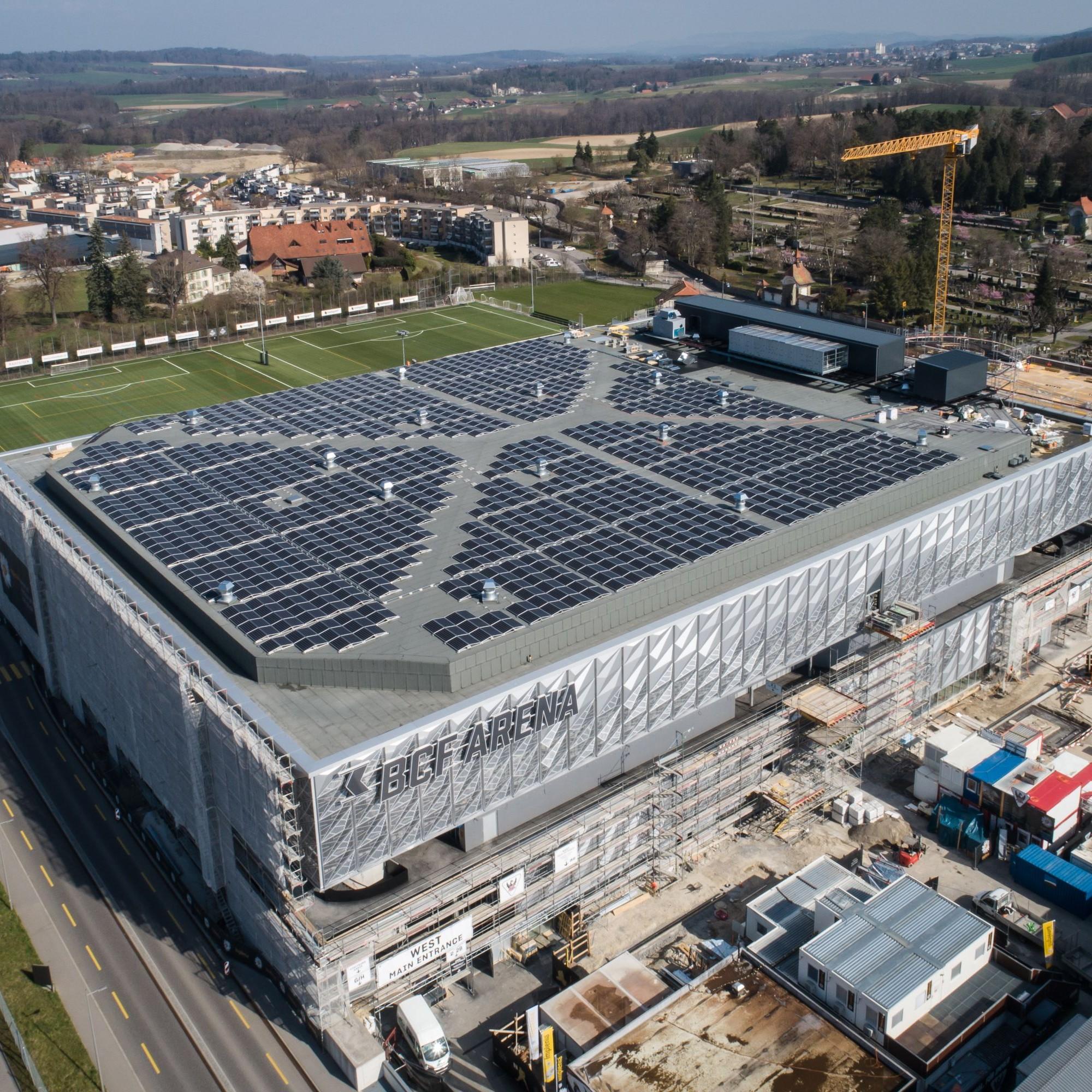 Groupe E, avec la nouvelle patinoire de Saint-Léonard à Fribourg. Photovoltaîque. Solaire.
