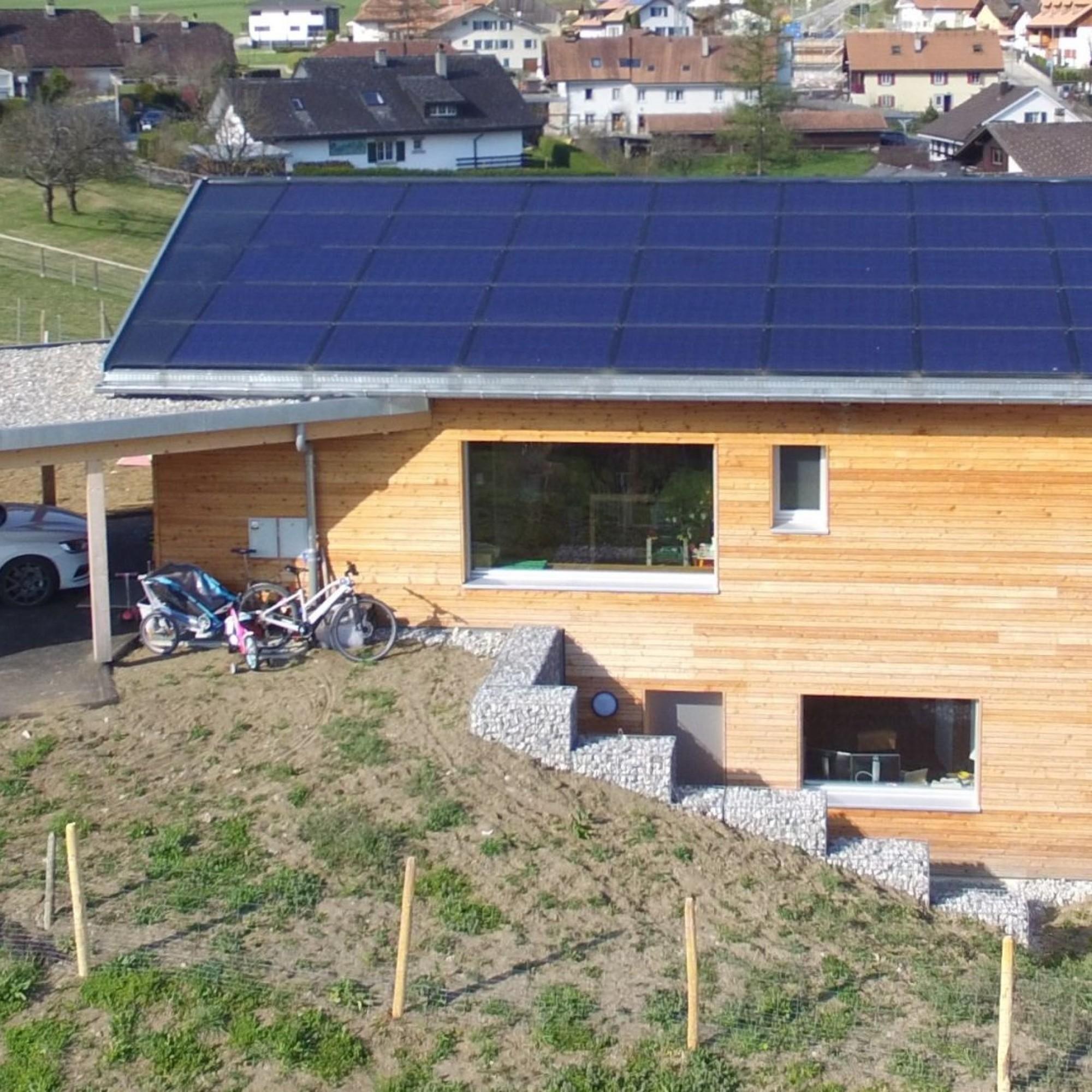 L'excédent solaire produit par la nouvelle villa de la famille Meuwly, à Pringy (FR) permettrait à onze véhicules électriques de parcourir chacun 12'000 km/a sans émettre de CO2