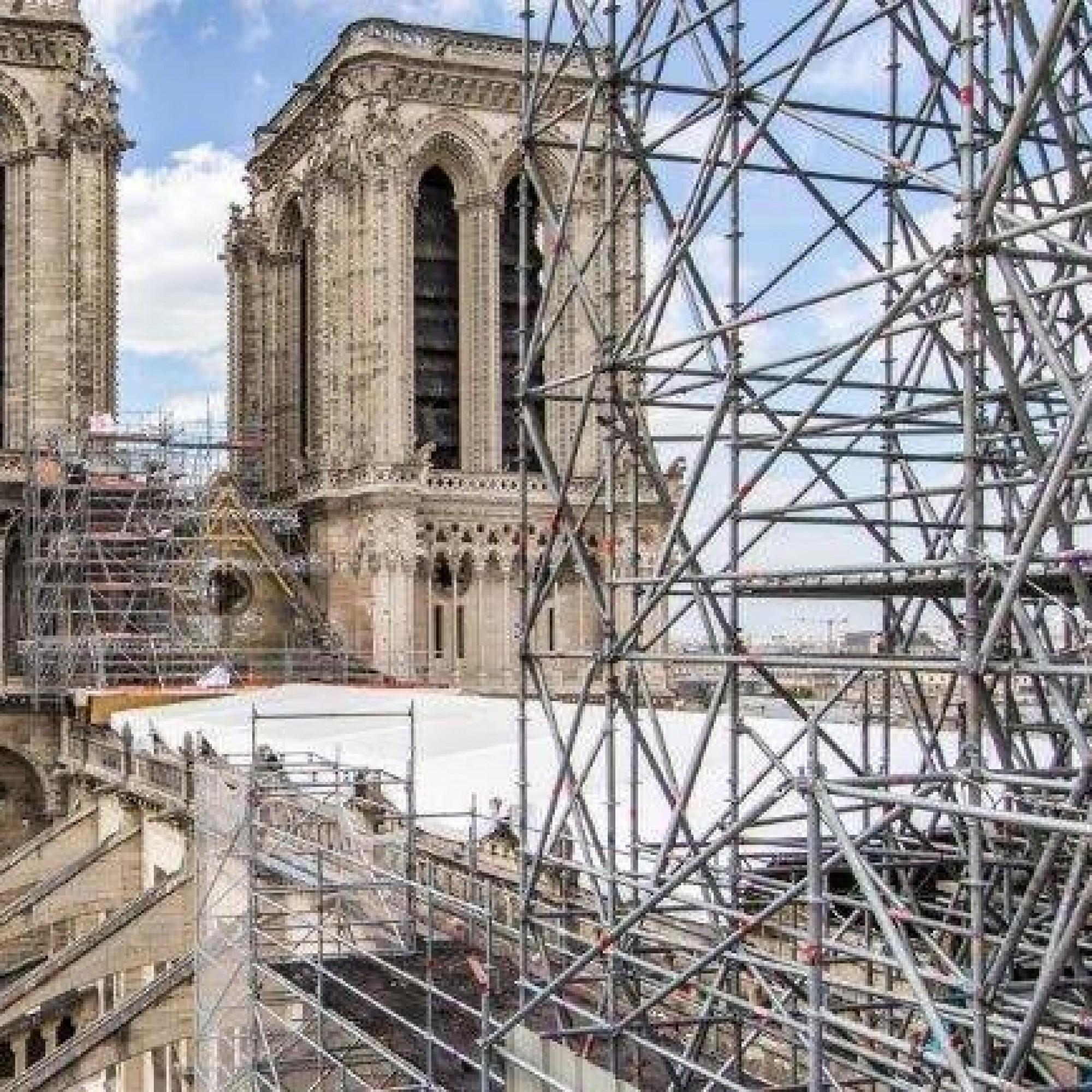 La tenue des délais fixés pour la fin de cet important chantier patrimonial qu'est Notre-Dame de Paris se complique avec la crise sanitaire et le manque de pierres de carrière.