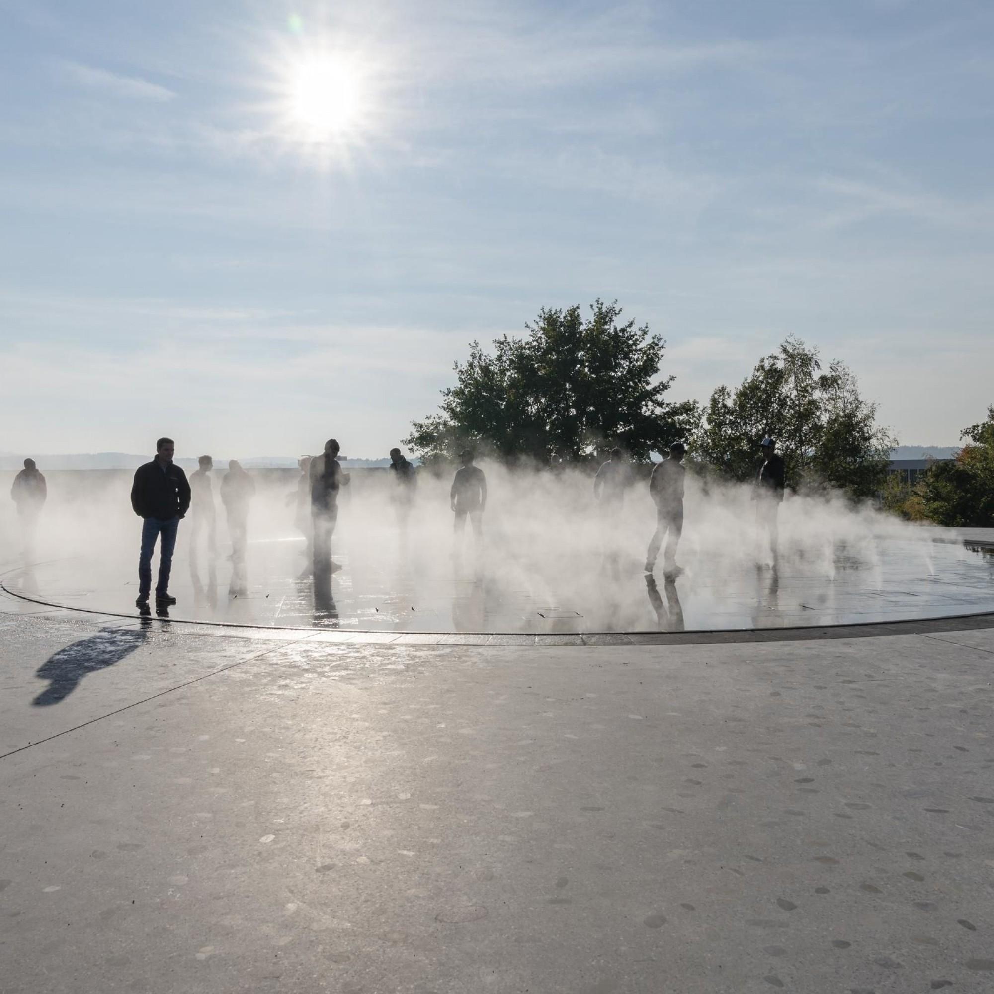 Au centre du parc, une plate-forme où jeux d'eau et de brouillard se mêlent.