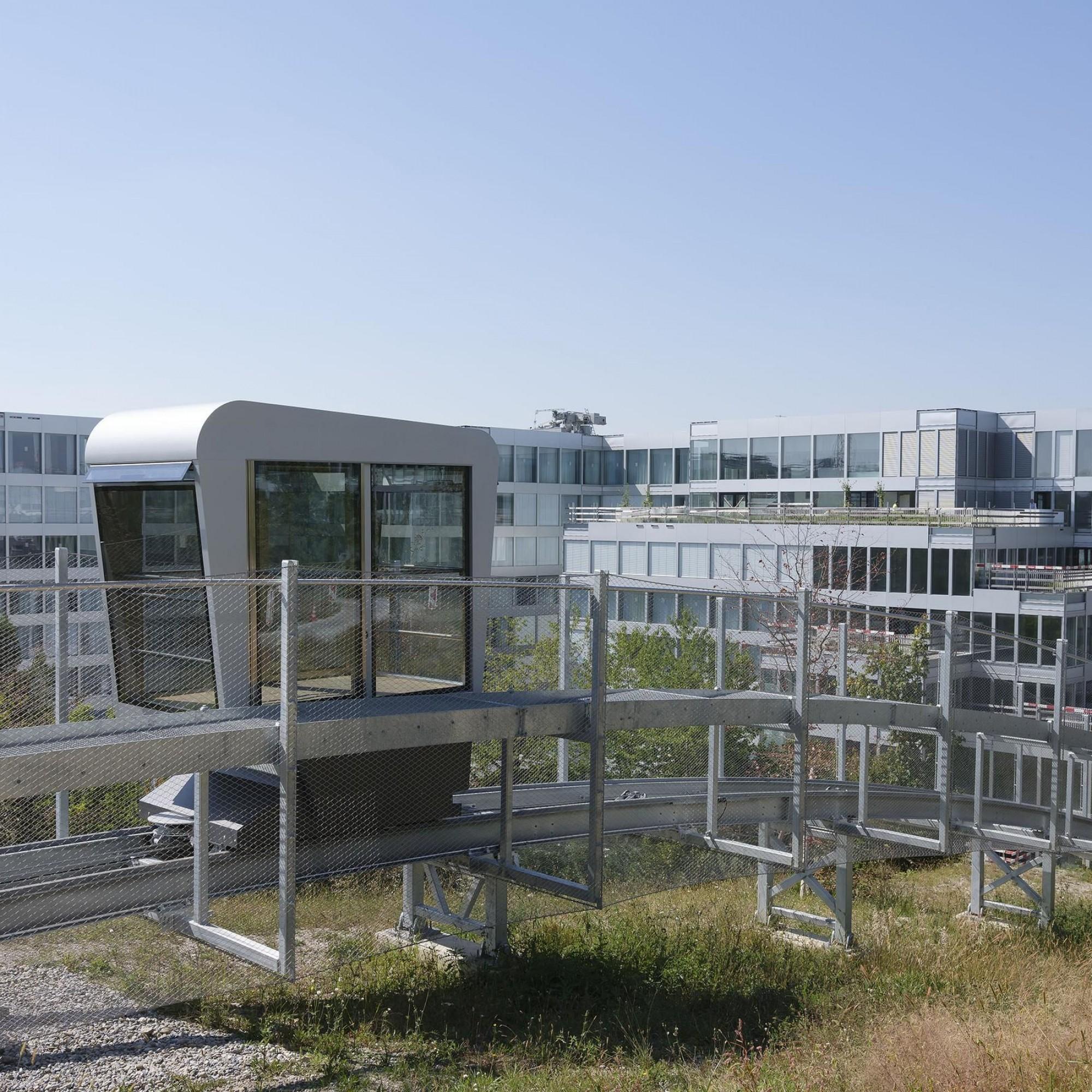 Un funiculaire permet de relier les bâtiments de l'espace affaires et le parc attenant.