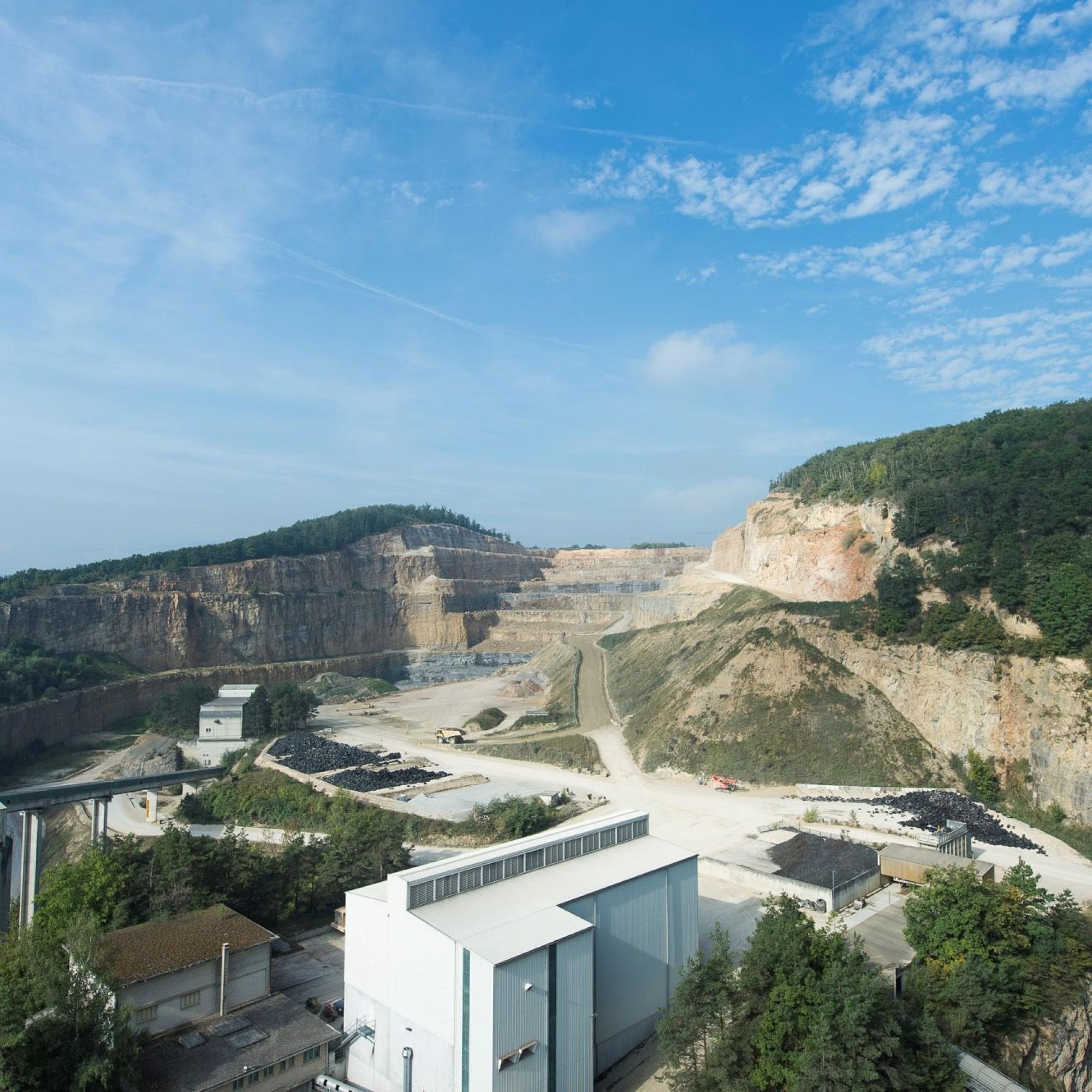 Holcim a des vues sur la colline du Mormont (au fond) pour poursuivre l'exploitation de ciment à Eclépens (VD)