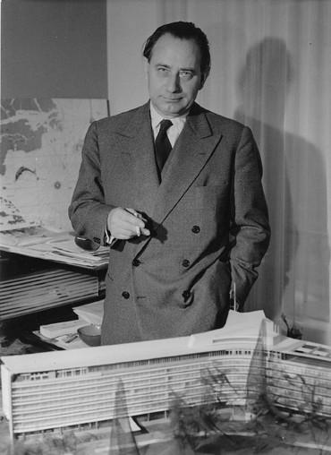 WEB1_Jean Tschumi devant la maquette du siège de Nestlé, 1960. © Archives Bernard Tschumi