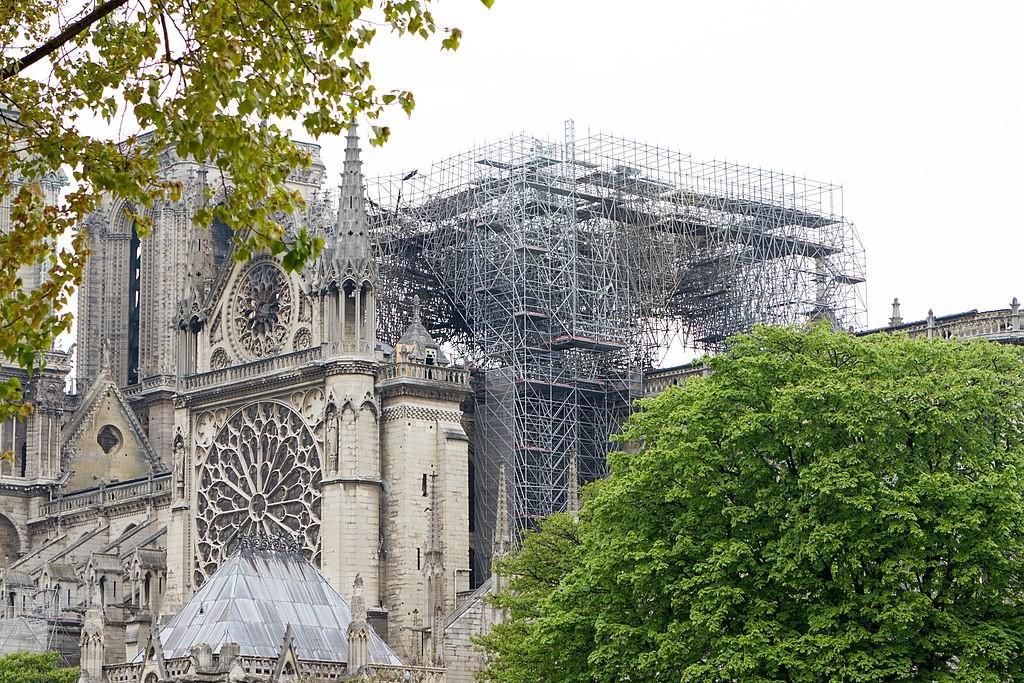 Echafaudages à Notre-Dame de Paris après l'incendie pour reconstruction.
