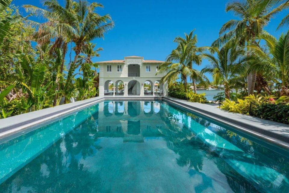 La propriété est construite sur 564 hectares située sur un île de Miami Beach. Son accès est totalement protégé point de vue sécurité
