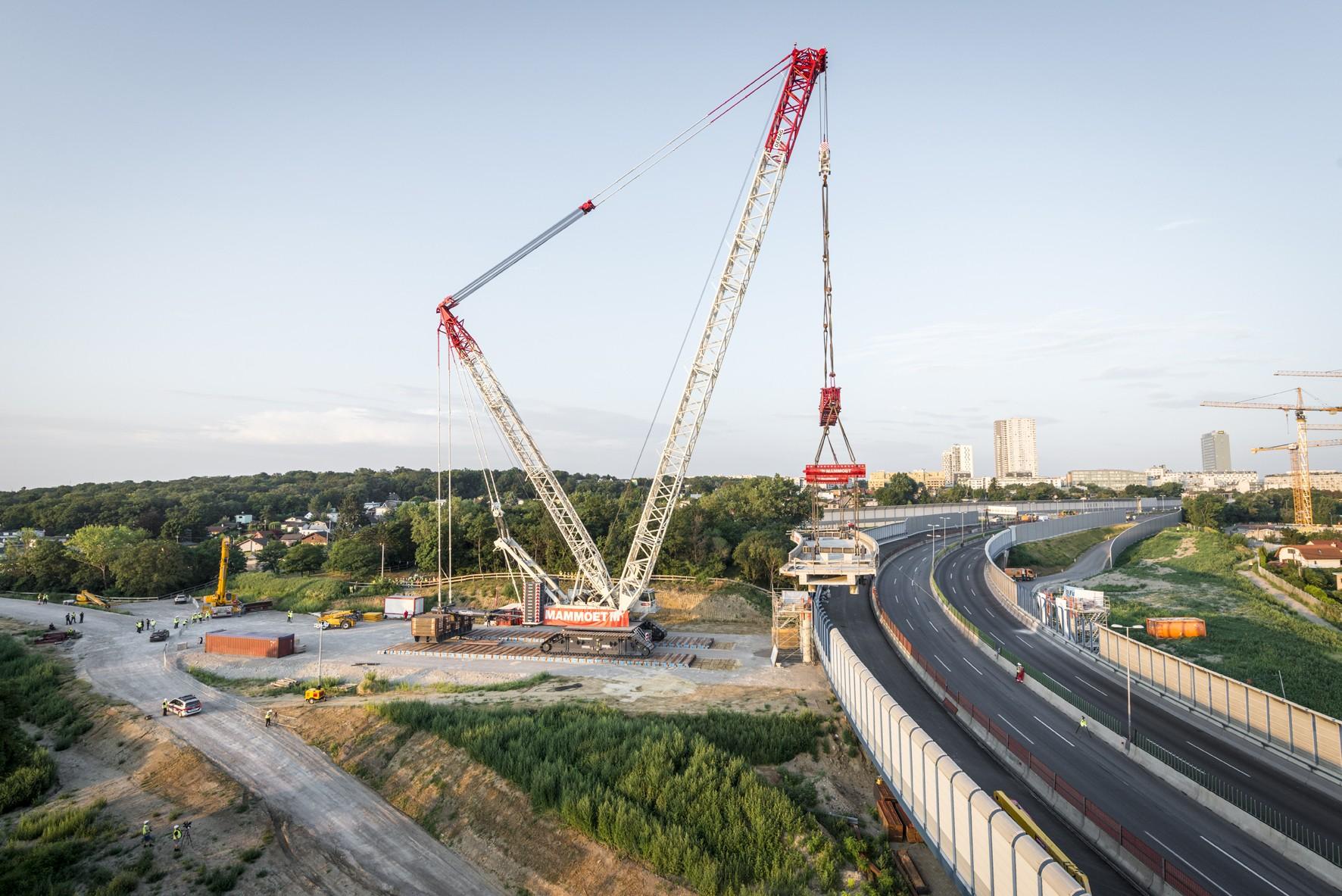 Une grue sur chenilles DEMAG CC 8800-1 soulève la section du pont à Vienne.