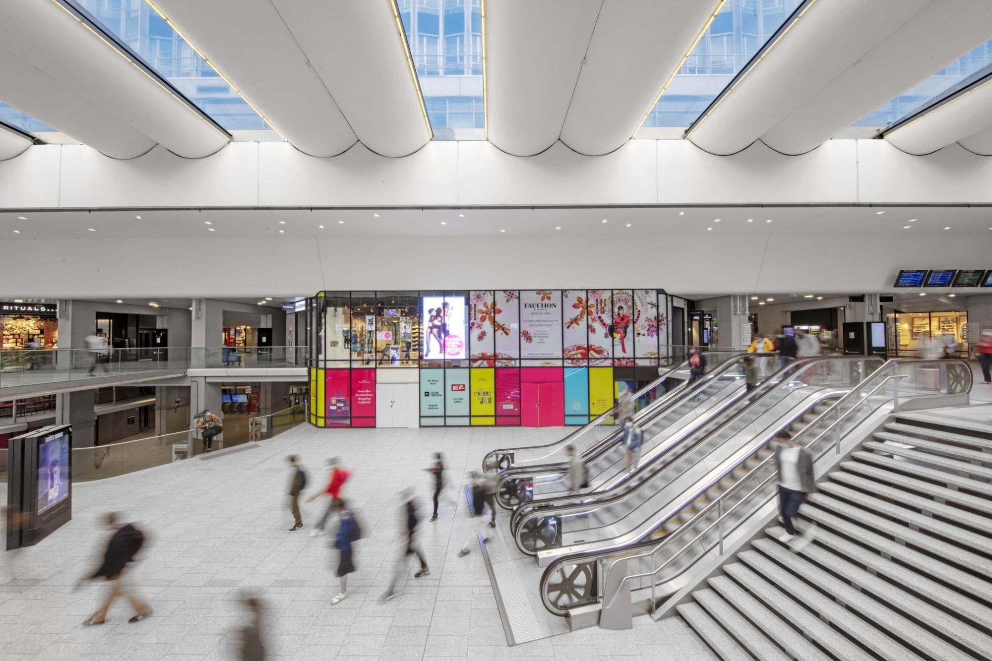 La Gare Montparnasse est rénovée transformée, la lumière est présente à tous les niveaux.