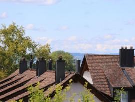 Des cheminées signalent la présence de nombreuses chaudières d'habitat