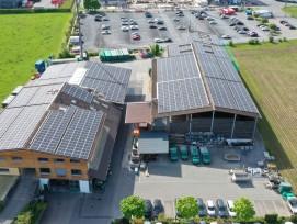 Le site de production d'Emmi à Emmen utilise désormais l'énergie solaire provenant des 1440 modules photovoltaïques installés sur les toits des bâtiments voisins d'Amstutz Holzenergie AG.