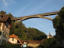 Le pont en arc du Gottéron a été réalisé en béton armé. Des travaux de stabilisation rocheuse doivent être menés à l'hiver 2021-22.