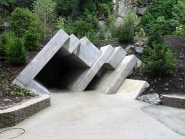 Le portail vers le nouveau monde rocheux est constitué de dalles de béton et de blocs inclinés à 55 degrés