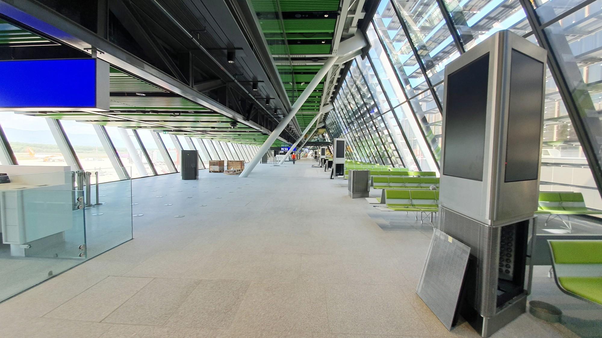 Avec ses 520 m de long, son exosquelette métallique et ses façades entièrement vitrées, l'Aile Est - nouveau terminal gros porteurs de l'aéroport de Genève- est un véritable bijou architectural, design et fonctionnel.