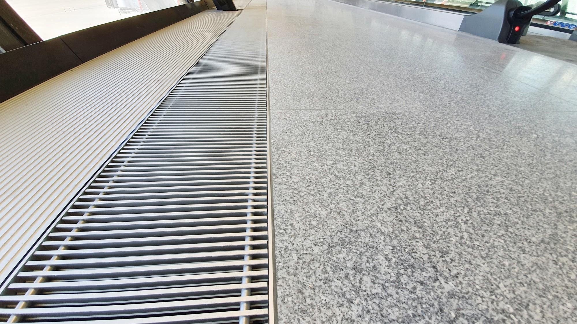 CTous les sols de l'Aile Est, quelque 20'000 m2, sont recouverts de granit et cachent un plancher technique qui doit résister à de fortes sollicitations. Afin de garantir un collage parfait des dalles sur le plancher technique, les spécialistes de Cermix