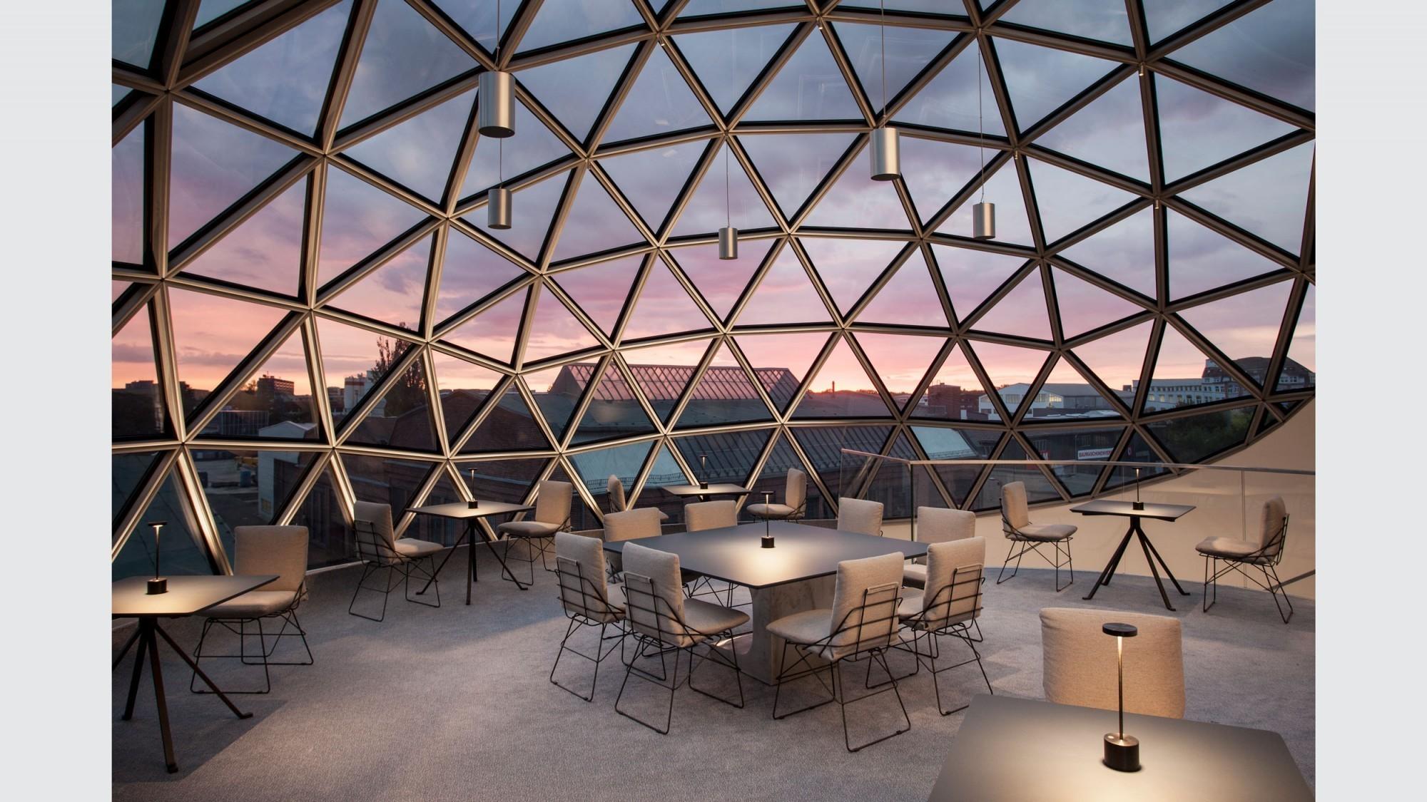 Sous le ciel : l'étage supérieur de la sphère.