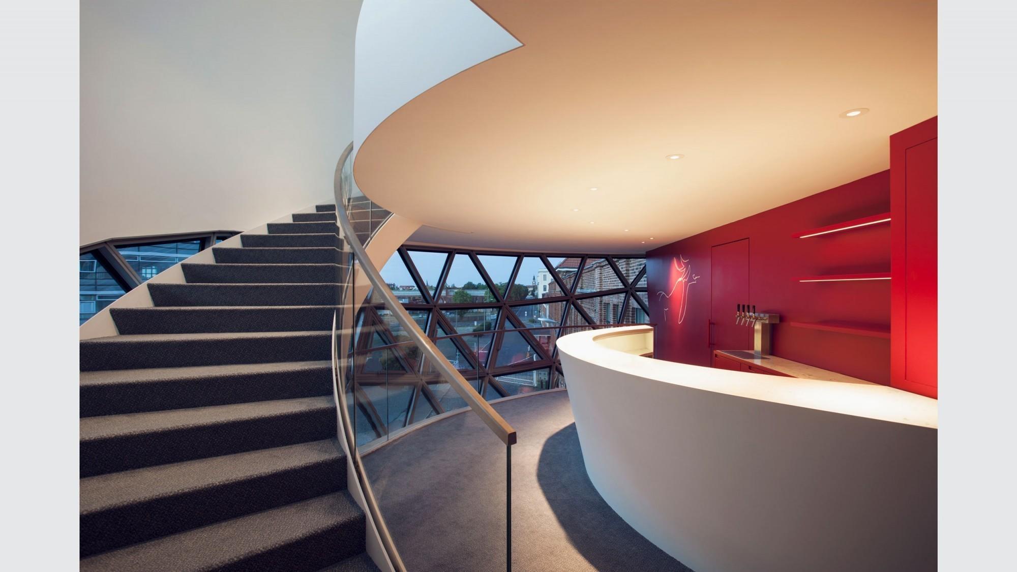Un comptoir de bar est situé à l'étage inférieur de la sphère.